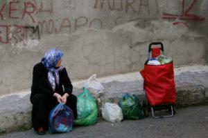 Sitzende Frau auf einer Straße in der Türkei